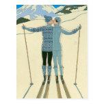 Esquiadores románticos en azul postal