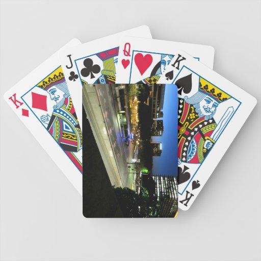 Esquina de calle en la noche baraja cartas de poker