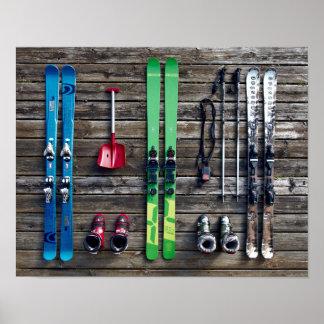 Esquís, botas, equipo de esquí que cuelga en la póster