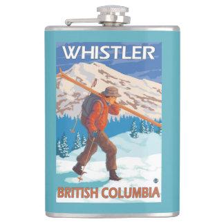 Esquís de la nieve del esquiador que llevan -