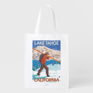 Esquís de la nieve del esquiador que llevan - el bolsa para la compra