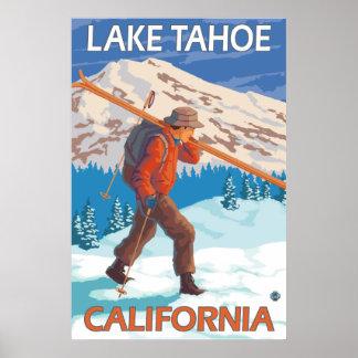 Esquís de la nieve del esquiador que llevan - el l poster
