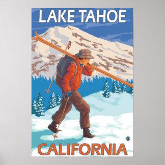 Esquís de la nieve del esquiador que llevan - el l póster