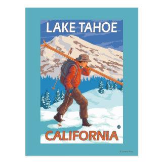 Esquís de la nieve del esquiador que llevan - el tarjeta postal