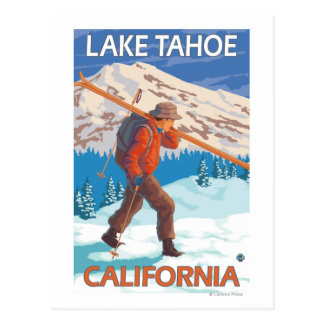 Esquís de la nieve del esquiador que llevan - el tarjetas postales