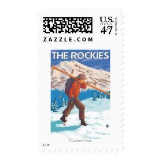 Esquís de la nieve del esquiador que llevan - los sello postal