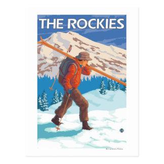 Esquís de la nieve del esquiador que llevan - los tarjeta postal