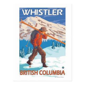 Esquís de la nieve del esquiador que llevan - marm tarjetas postales