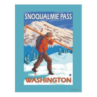 Esquís de la nieve del esquiador que llevan - paso postales