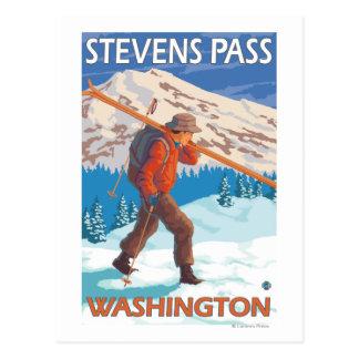 Esquís de la nieve del esquiador que llevan - paso tarjetas postales