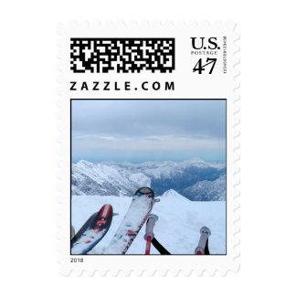 Esquís en los sellos de las montañas