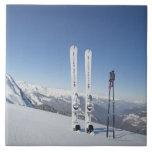 Esquís y esquí postes azulejo cuadrado grande