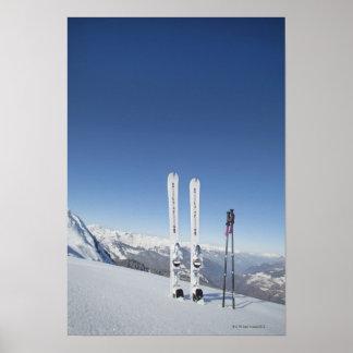 Esquís y esquí postes póster