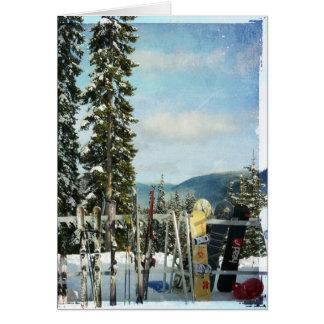 Esquís y snowboard en el top de la montaña tarjetas