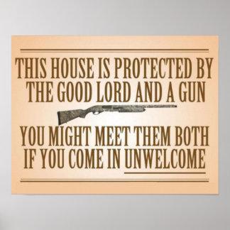 Esta casa es protegida por el buen señor y un arma póster