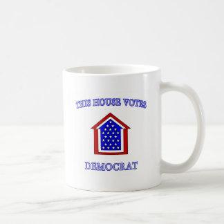 Esta casa vota a Demócrata Tazas