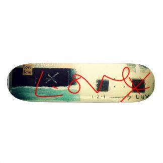 esta cosa llamó arte del garabato del amor en el tablas de skate