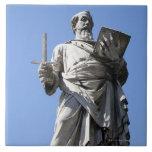 Esta estatua de Saint Paul está en el sitio derech Azulejo