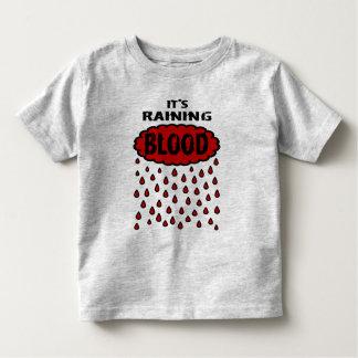 Está lloviendo sangre con la nube de la sangre y playera
