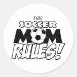 Esta mamá Rules.png del fútbol Pegatina Redonda