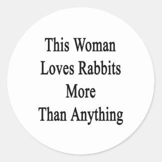 Esta mujer ama conejos más que cualquier cosa pegatina redonda