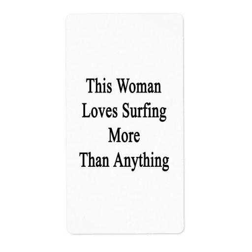 Esta mujer ama el practicar surf más que cualquier etiquetas de envío