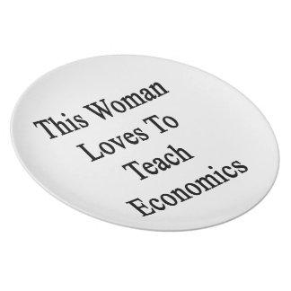 Esta mujer ama enseñar a la economía plato