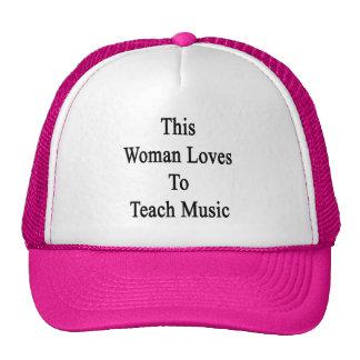 Esta mujer ama enseñar a música gorros bordados