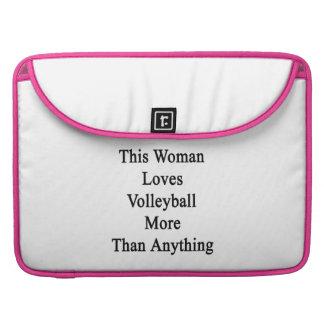 Esta mujer ama voleibol más que cualquier cosa fundas para macbooks