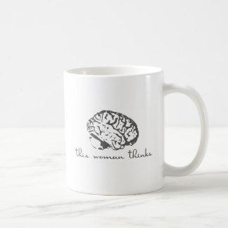 Esta mujer piensa tazas de café