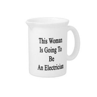 Esta mujer va a ser electricista jarrón