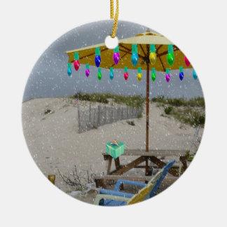 Está nevando en mi ornamento de la silla de playa adorno navideño redondo de cerámica