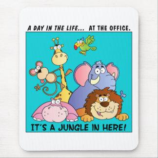 Esta oficina es una selva alfombrillas de ratón