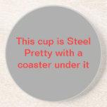 Esta taza es bonito de acero con un práctico de co posavasos diseño