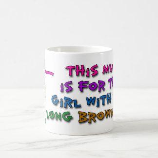 Esta taza está para el chica con el pelo marrón