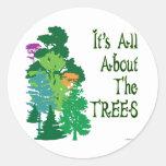 Está todo sobre el lema verde de los árboles pegatina redonda