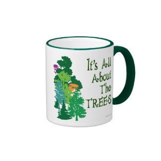 Está todo sobre el lema verde de los árboles taza de dos colores
