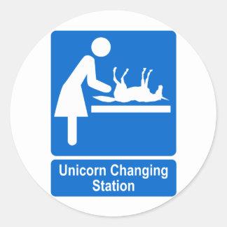 Estación cambiante del unicornio pegatina redonda