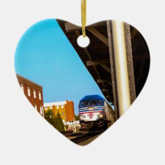 Estación de tren adorno navideño de cerámica en forma de corazón