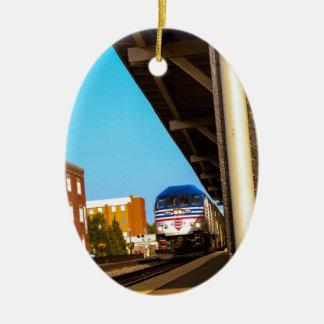 Estación de tren adorno navideño ovalado de cerámica