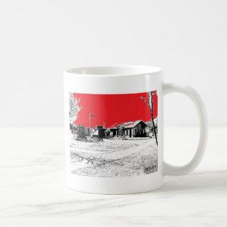 Estación de tren de ferrocarril con el cielo rojo taza de café