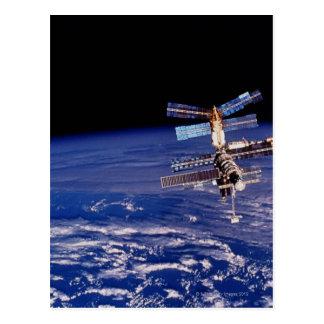 Estación espacial del MIR que flota sobre la tierr Postales