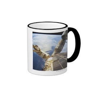 Estación espacial en la órbita 8 taza de café