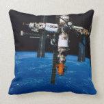 Estación espacial en órbita almohadas