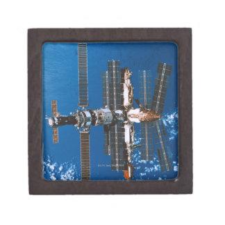 Estación espacial que está en órbita en espacio caja de recuerdo de calidad
