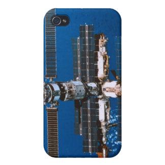 Estación espacial que está en órbita en espacio iPhone 4 carcasas