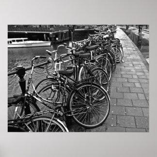 Estacionamiento de la bici -- Amsterdam en noviemb Póster