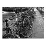 Estacionamiento de la bici -- Amsterdam en noviemb Postal