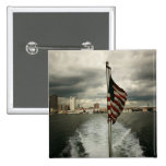 Estados Unidos señalan por medio de una bandera y  Pins