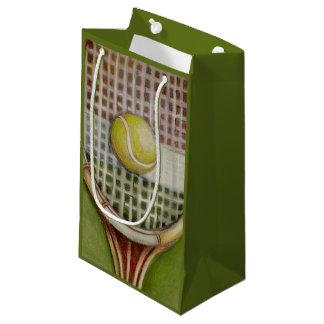 Estafa de tenis con la bola que pone en corte bolsa de regalo pequeña